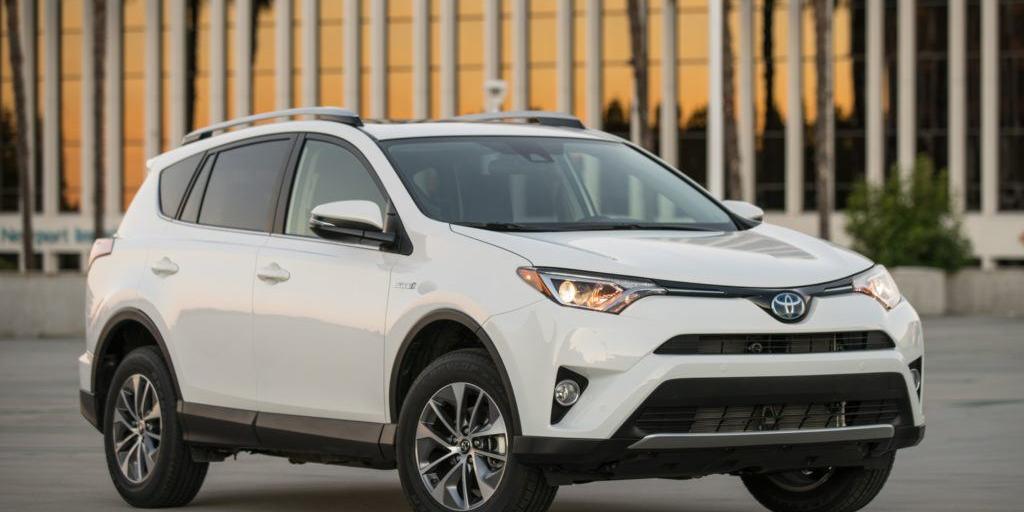 2016-Toyota-Rav4-Hybrid-XLE-front-three-quarter-01